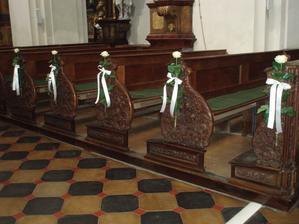 dekorace lavice s růží