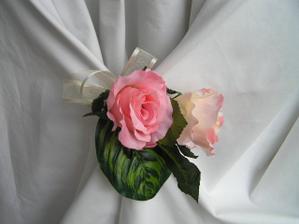 kvetinova dekorace na zidle