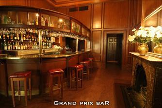..kdyby hoste meli malo, muzou se posilnit u baru :)