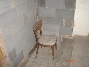 Nanovo vymurované priečky ...(namiesto stoličky tam máme vaňu :)