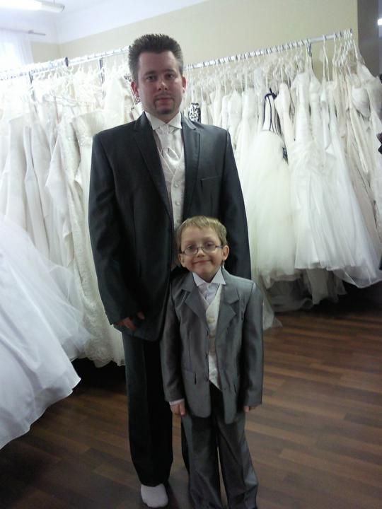 4b33d2016c4 Moji chlapáci ) Přítel má oblek tmavě šedý s jemným proužkem. A oba pak