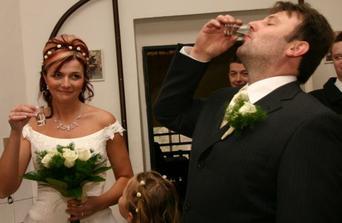 na uvítanou jsme dostali vodu a vodku, z fotky je patrné, kdo v manželství bude více strádat :-)