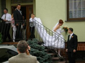 bráška drží sukni poctivě