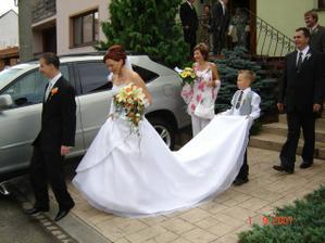 před autem