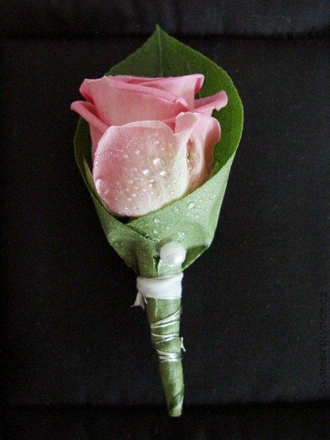 Naše prípravy na deň D - toto pierko pre moju lásku, ale ruža bude biela