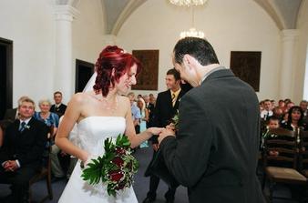 nejdřív manžel na mojí ručku...
