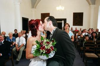 první novomanželské políbení - málem jsme na něj zapomněli:)) ale na druhou stranu se všichni svatebčané ze srdce zasmáli