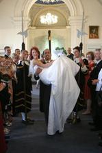 manžel mne nesl na rukou ve svatební den a nosil by dodnes:))