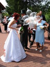 příchod na svatební hostinu byl originální - dostali jsme kytičku z prezervativů:)))