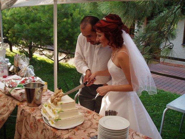Zuza{{_AND_}}Petr - krájení dortu společnou rukou