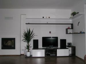 obyvacka v plnej krase.Setrime na vacsiu TV ta zakrije  dieru miesto macika aby nebolo vidno TV kabel,mame pripraveny tunel v stene :-)