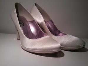 ... môj dnešný úlovok sú tieto krásne saténové krémové topánočky k svadobným šatkom :))))