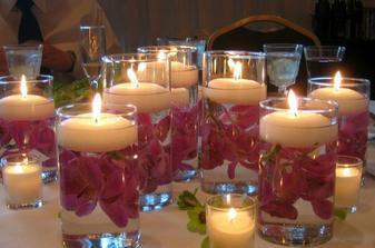 ... a takto nejako by mohli vyzerať plávajúce sviečky, do pohárika by som ale dala bielu ružičku :)))