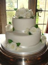 ... takto nejako si predstavujem svadobnú tortičku, jednoduchú bielu ozdobenú asténovou stuhou a živými bielymi ružičkami