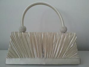 ... tak a od dnes už mám aj túto krásnu kabelku k svadobným šatkom, je strašne peknučká :)))
