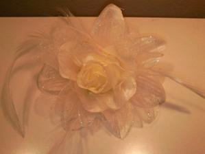 ... tak a v obchode som natrafila aj na túto krásnu ružičku do vlasov....takže teraz veľká dilema..... korunka či ružička?