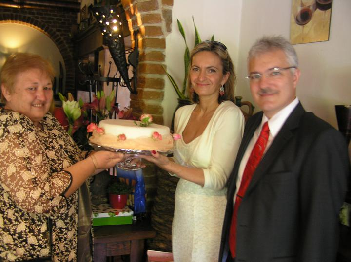 Silvia{{_AND_}}Július - Na posvadobnom obede s rodinou sme dostali ako dar svadobnú tortu aj s podnosom
