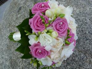 Asi vyhrají rudé růže a bílé frézie.