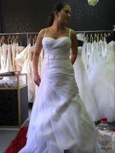 Pekne šaty mi mamka vybrala povôdne som biele nechcela ale dala som sa ukecať