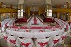 sála nachystaná na svadobnú hostinu