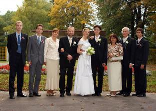 mladomanželia s rodičmi a bratmi