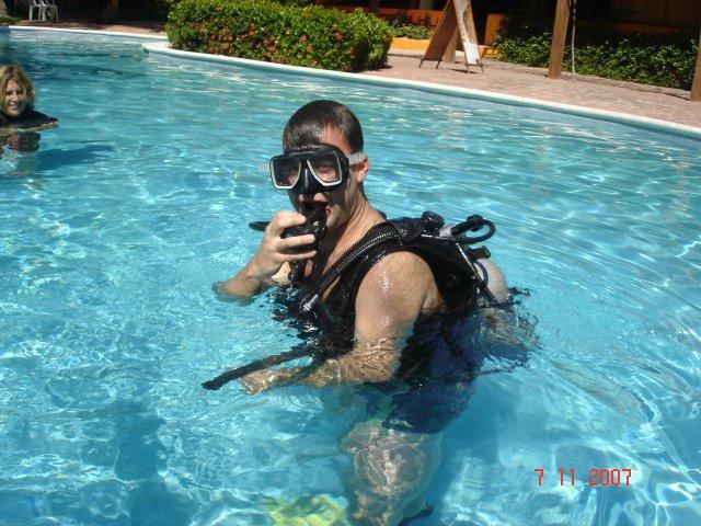 Martina a Láďa 7.9.2007 - miláček si udělal potápěčský kurz-tady trénuje