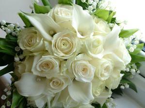 Podobná je objednaná - bílé kaly, krémové růže, místo konvalinek budou bílé frézie