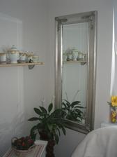 no a na jedinu trocha volnu stenu sa zmestilo aj velké zrkadlo...sranda ako uplne zmenilo priestor....