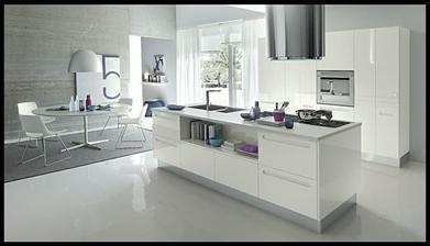 Moje vysněná kuchyň, je dokonalá, bílošedý základ a barevné doplňky přesně podle mého gusta (krásné syté odstíny fialové a modré - hlavně tm. fialová, tm. bordó fialová a petrolejovo-tyrkysová)