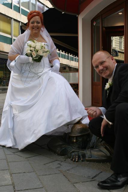 Sonka a Julko - 9.9.2006 - pri topankach je najdolezitejsie pohodlie - pod dlhymi satami ich aj tak nevidiet - ked tak len pri foteni