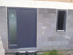 vchodové dvere a okno do šatnika