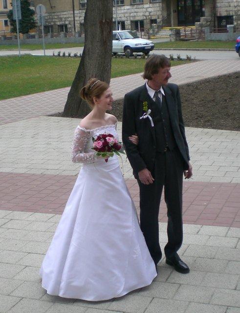Júlia Czaková{{_AND_}}Peter Jaňák - čakanie pred kostolom spolu s otcom
