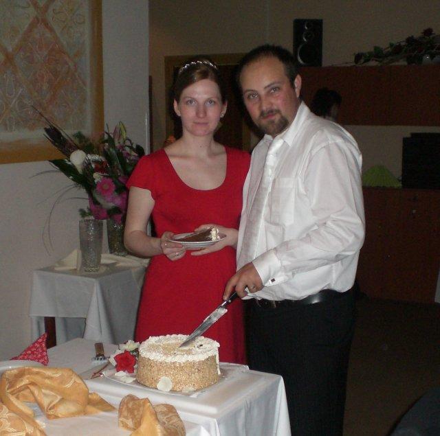 Júlia Czaková{{_AND_}}Peter Jaňák - spoločné krájanie torty po redovom