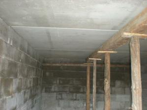 strop v garáži
