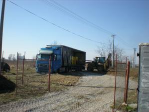 vykládka 2 kamiónov