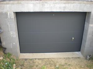garažová brána v predstihu namontovaná,ešte treba skopať príjazd