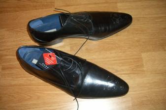 ženích má skorej topánky ako nevesta