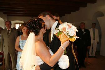 ..a první manželský polibek