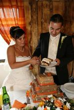 ..krájení svatebního dortu
