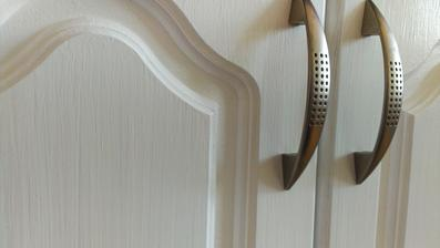 detail čerstvo natretých dvierok