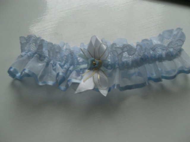 ...koniec 93-mesačného randenia - Modrý podväzok bol darom od mojej sestričky...(wedding garter was gift from my sis)