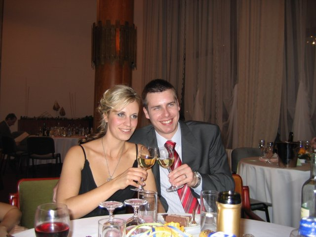 ...koniec 93-mesačného randenia - Toto sme na plese, a veľmi sa všetkým páčil účes, ale neviem či bude svadobný.. (on the ball)