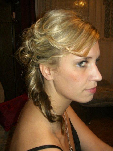 ...koniec 93-mesačného randenia - toto je detail z boku..vlasy mi padali na pravú stranu (my hairdo for ball)