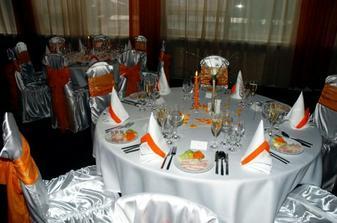 takto boli vyzdobené stoly, presne podľa nášho želania