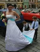 Svatební šaty s tyrkysovou stuhou, 39