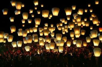 těchto létajicích lampiónu máme 5O, hezké překvapení na půlnoc
