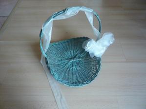 košíčky pro družičky- 4 ks. Budou nabízet krabičky s rýží a svatební bublifuky.