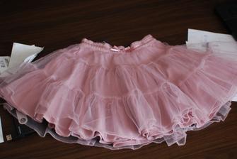 Pro malou krásnou družičku, asi budeme zdobit dvěma, třemi lila kvítky, suknička měla být dle původní fotky v barvě lila.