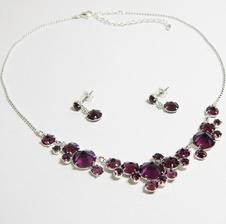 Od dětství miluju korálky, a tak asi budou i na svatbě, i když na krk je objednán náhrdelník z živých květin. Tradiční česká jablonecká bižuterie.