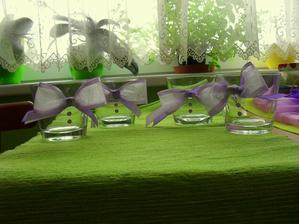 Skleničky na živé květy na stůl.